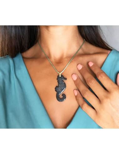 collana con ciondolo cavalluccio marino in pietra lavica - gioielli siciliani