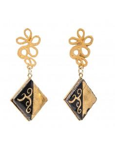 orecchini in pietra lavica con decoro in oro zecchino